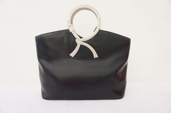 【ロベルタディカメリーノ】ロゴを大胆に取り入れた使いやすいバッグ