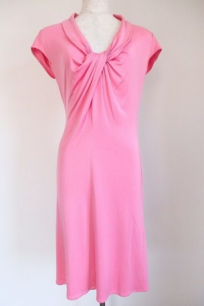 ピンクと胸元のリボンがキュートなイッサロンドンのワンピース