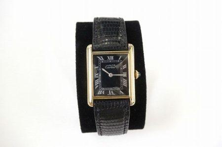 シンプルで飽きのこないデザイン。カルティエの手巻き腕時計