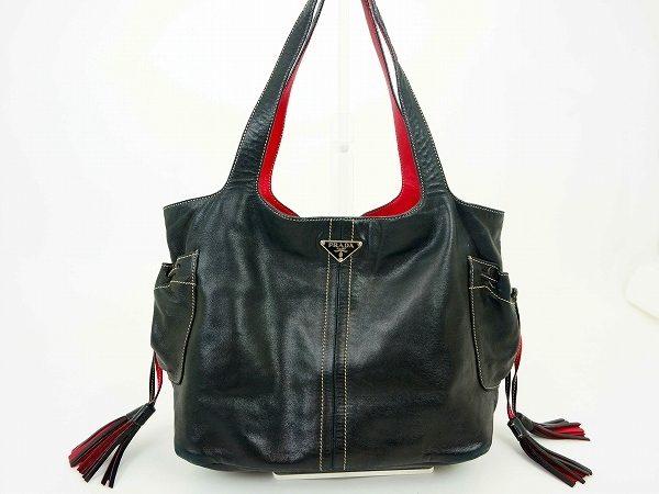 定番の黒バッグも、プラダなら黒×赤の変化球!個性を求める貴方に