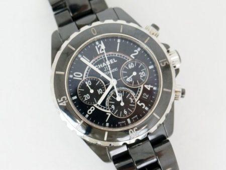 シャネルの腕時計の定番!J12のクロノグラフのブラックを選んで、手元をハードに演出