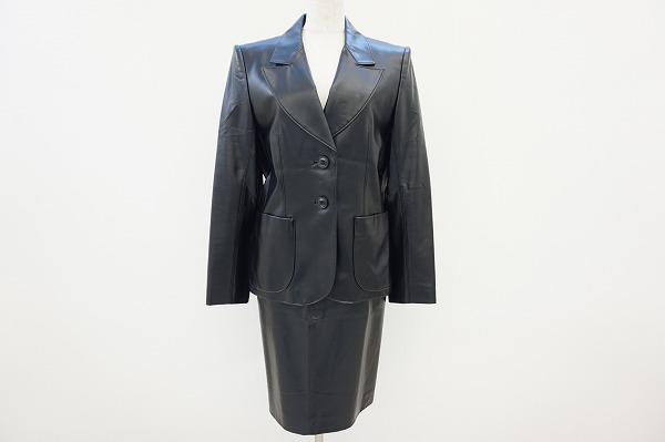 リピーターのお客様より出張買取でイヴサンローランのスカートスーツをお売りいただきました。