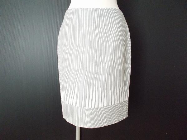 マックスマーラの白スカートを買取しました。スカートの買取はアクイールへ。