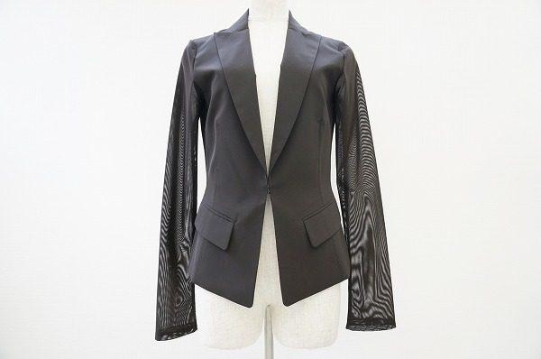 袖のデザインが個性的。シンプルで着回しがしやすい、エレガントなフォクシーのジャケットを買い取りました