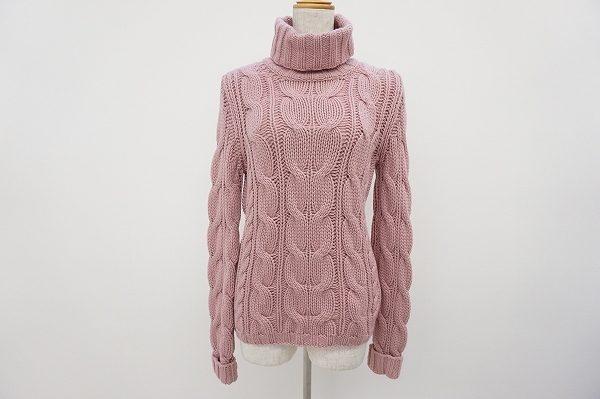 アニオナの優しいピンクのカシミアタートルで、冬の装いを輝かせて