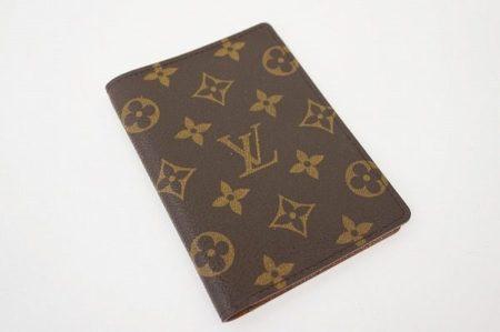 小物でさりげないオシャレを。ルイ・ヴィトンのパスポートカバー
