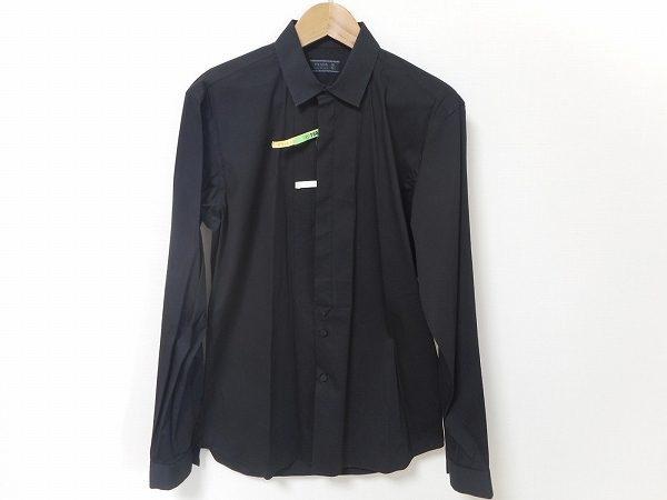シックな雰囲気はプラダの真骨頂。ファッションを楽しむ男性のための長袖シャツをお売り頂きました