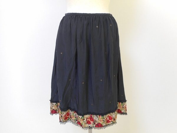 裾に施された花柄がアクセントに。トッカの上品なシルクスカートをお売り頂きました
