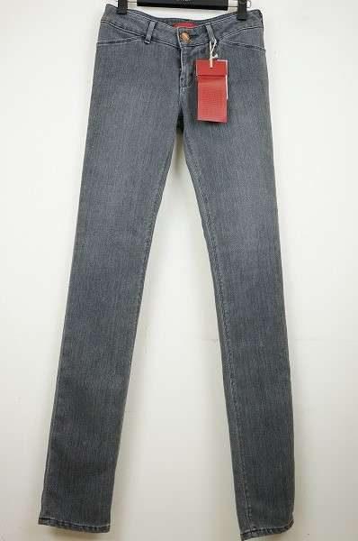 脚長効果でスタイルも抜群に見える。レッドカードのレディースジーンズをお売り頂きました