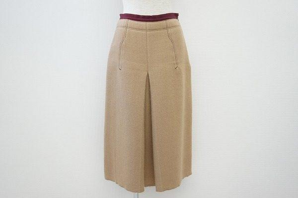ワンランク上の上品さで大人スタイルを楽しめる。プラダのプリーツスカートをお売りいただきました