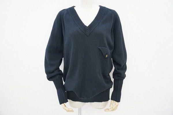 さりげないブランドロゴが上品。シャネルのベーシックなVネックセーターを買取しました