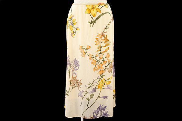 思わずお出かけしたくなる花柄。レオナールのシフォンスカートを買取しました