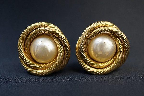 ファッションに華やかさを添える、シャネルのゴールドパールイヤリングを出張買取いたしました