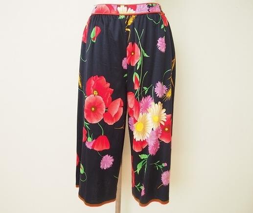 紺と赤い花柄のコントラストが鮮やかなレオナール LEONARDのレディース用パンツを買取させて頂きました。
