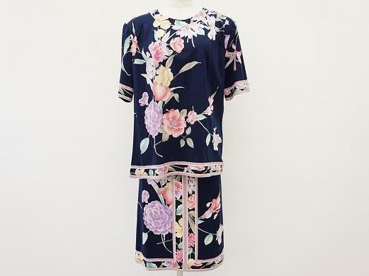 紺色にカラフルな花柄がエレガントな半袖カットソーとスカートのセットアップ!レオナール LEONARD