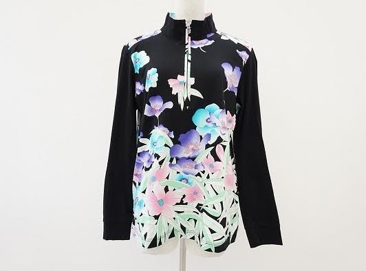 黒のスタンドカラー長袖ポロシャツに花柄が映え、 ジップアップデザインでレイヤードも楽しめる! レオナール LEONARD SPORT
