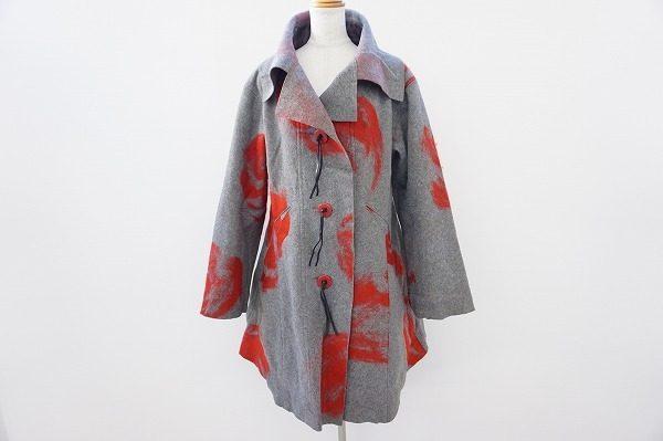 あざやかな赤色が素敵なイッセイミヤケのコートを買い取りました