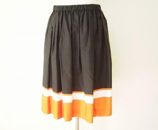 プラダの絶妙な色使いのスカートを買取させて頂きました。